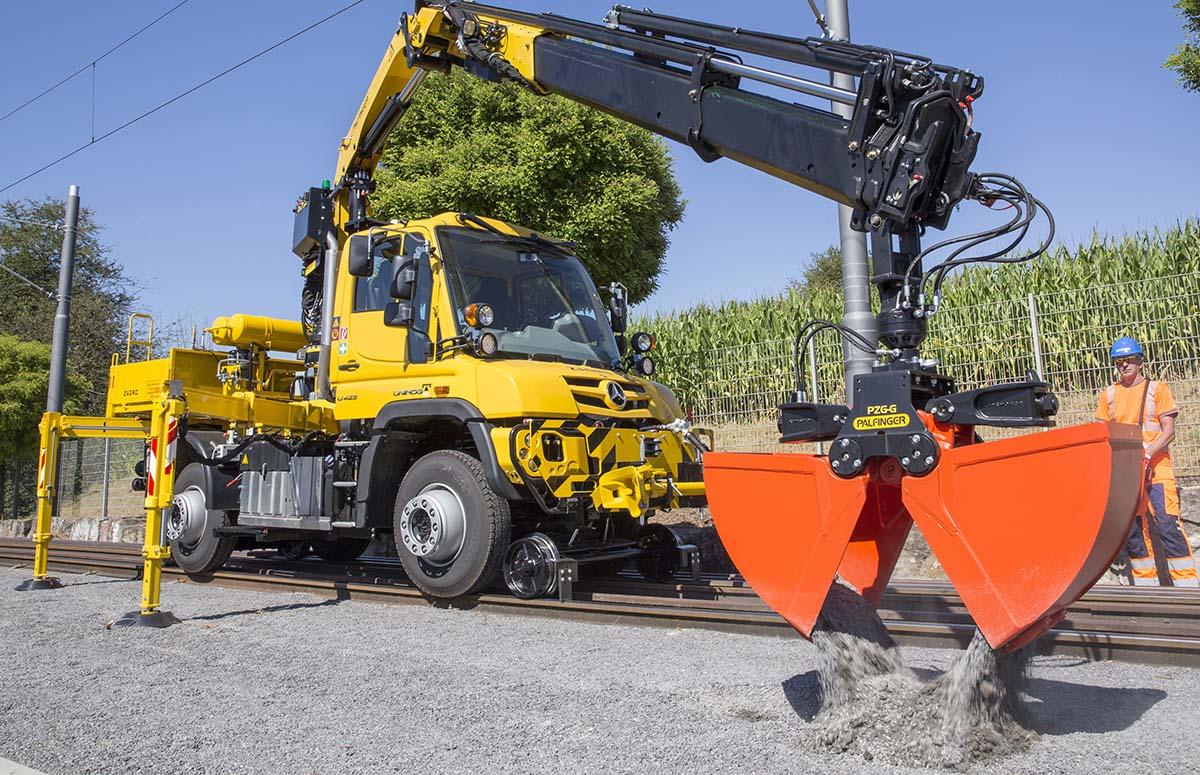 Unimog U423 auf der Schiene mit Anbaubagger