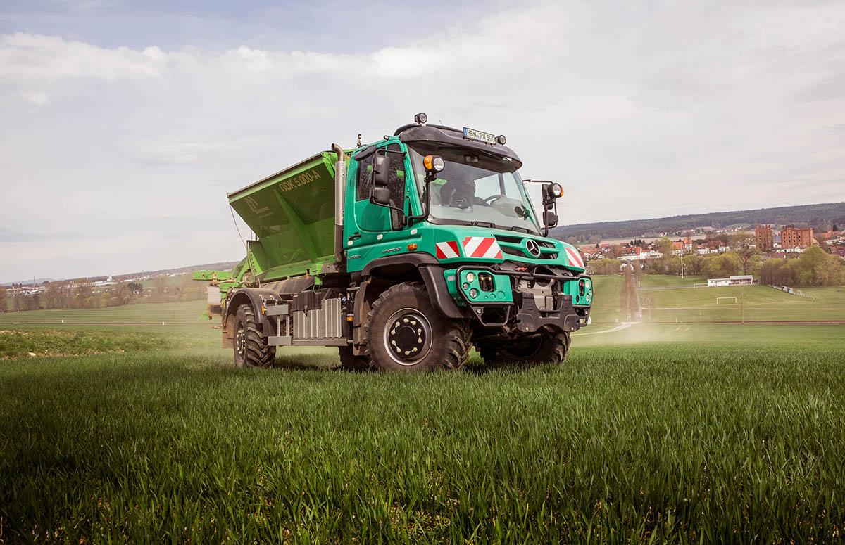 Unimog U 530 mit Kalkstreuer in der Landwirtschaft