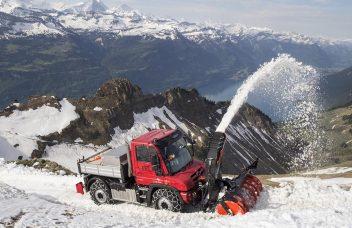 Unimog mit Schneefräse Bergeinsatz