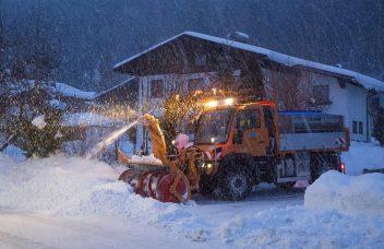 Unimog U430 mit Schneefräse im Kommunaleinsatz