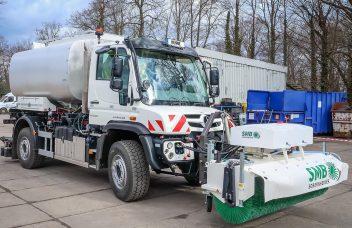 Unimog als Vorspritzfahrzeug im Straßenbau