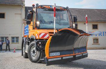 Unimog U 218 mit Bucher Schneepflug