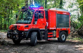 Unimog U 218 mit VSAF 2000, HeckansichtUnimog U 4023 mit TLF 2000 im Wald, Seitenansicht