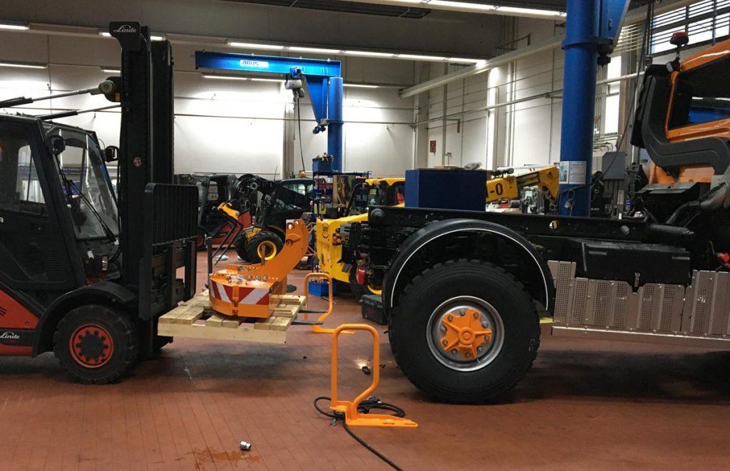 Montage des Ballastgewichts am Unimog U 530