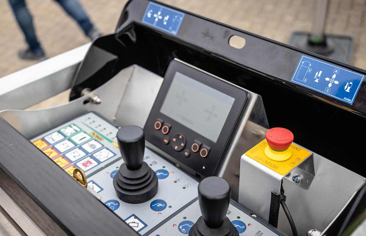 Steuerpult am Palfinger Ladekran auf Unimog U 219